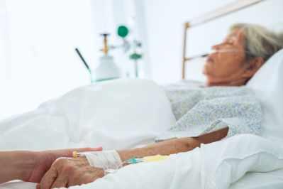 medico volontari cura paziente anziana