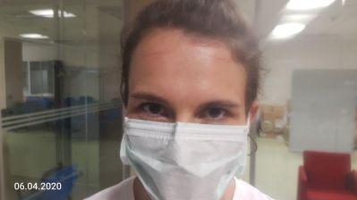 medico con segno degli occhiali sulla fronte